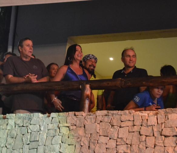 Ao lado de Aninha Marques e dos diretores da Central do Carnaval Geraldo Albuquerque e Joaquim Nery, Bell Marques curtiu o ensaio dos filhos Rafa e Pipo