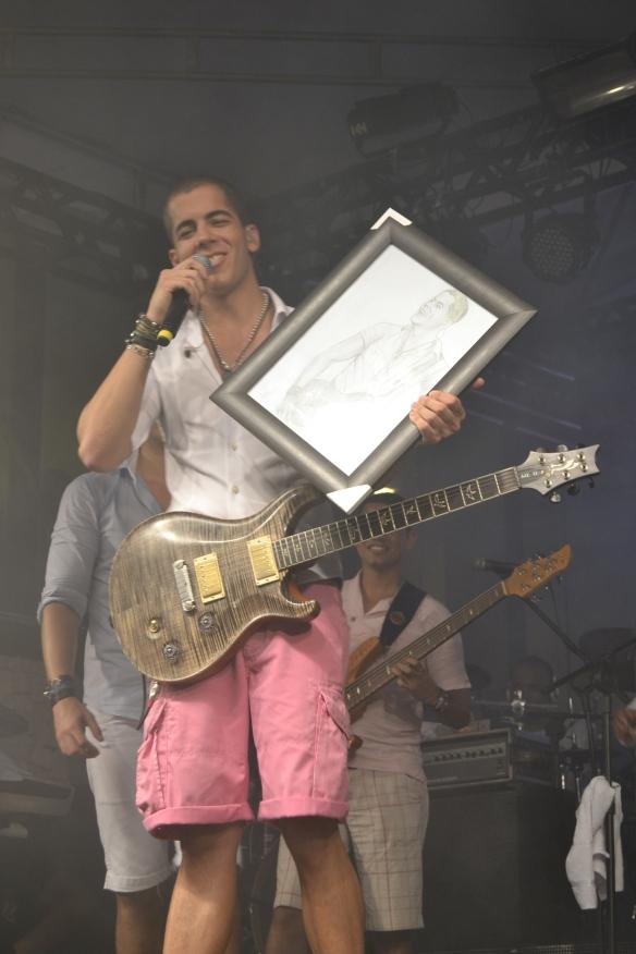 Pipo Marques ganha de uma fã um desenho seu com sua inseparável guitarra